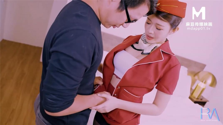 【会尊享】麻豆传媒联合皇家华人AV剧情新作-下机空姐约炮 放荡黑丝 穿空姐制服就给操了原版首发 公共场所露出-第2张