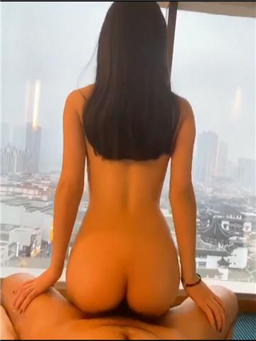 【最新性爱泄密】极品身材反差女神被富二代在落地窗前玩弄爆操 若非群玉山头见 会向瑶台月下逢 公共场所露出-第8张